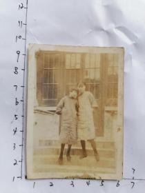 民国老照片:两个穿旗袍女孩在侨联合会门前留影