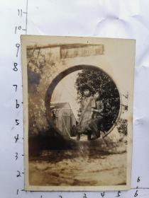 民国老照片:两个穿旗袍女孩在圆形的门前 留影