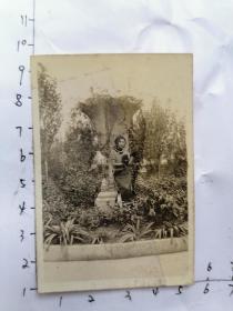 民国老照片:穿旗袍女孩坐在花园留影