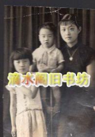1940年 ,王琴五与两个孩子在陕西汉中府(今汉中市)周公巷合影