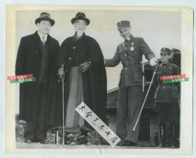 民国1943年5月重庆, 全国三民主义青年团三青团大会上,蒋介石搀扶国民政府主席林森,孔祥熙陪同,这张照片拍摄三个月后林森遇车祸故去
