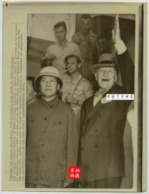 1945年赴重庆参加国共谈判的毛泽东与正向朋友招手的美国大使赫尔利,26.5X20.2厘米,1972年美联社新闻传真照片