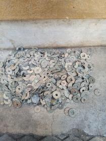 破烂古钱币,年代汉到清,包真包老,都是烂的,按斤卖,☞标的是一斤的价格☜,共7.11斤。 标的是一斤的价格。可做研究用,也可以用来制作钱币画,种类多,价格便宜,包真包老。
