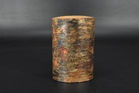 (乙3428)《日本木笔筒》一件 文房用具 木制笔筒 内部为圆柱形孔 外部包裹书皮 返璞归真 回归自然 圆柱形孔直径为:5.67cm 深:9cm 笔筒总体尺寸:9.5*8*13.3cm