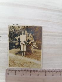 民国老照片:旗袍女子站扇子树留影