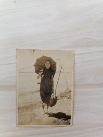 民国老照片:旗袍女子打洋伞留影