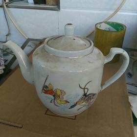 文革茶壶〈底款中国景德镇〉。孙悟空三打白骨精图案。高16㎝。