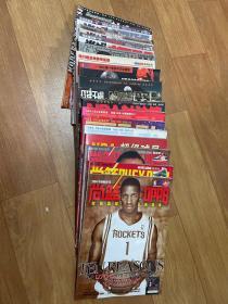 篮球杂志期刊(共18本) 《尚篮》2004年第4期2007年第3,6期 《NBA超极巨星》一本 《全明星时空篮球》2011年第2期2010年第1,2期 《NBA封神榜》一本 《凯文加内特》特刊一本 《完全手册》2001年第2期2006年第7期 《鞋帮体育画报》一本 《当代篮球扣篮》2011年第4期2012年第20期2016年第2期 《当代体育》2004年第26,46期