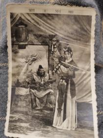 1962年梅兰芳大师与刘连荣大师霸王别姬演出老照片。10厘米,照片无折无污损,品相很好