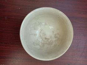 瓷器,碗,老碗一只。豆青碗,立体葡萄图案,很是美观!有窰裂,不是碰坏。详情见图。