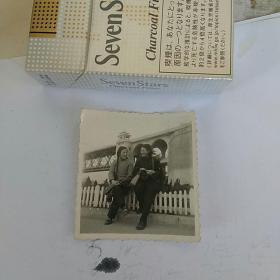 老照片,大桥下,合影
