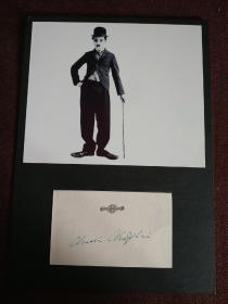 【著名喜剧大师查理•卓别林(Charlie Chaplin,1889年4月16日-1977年12月25日)签名卡片】附经典黑白剧照及证明信 喜剧天才,影响了一代又一代人,向大师致敬!