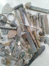 老铜杂件一大堆,别人一件都是卖百八的东西,咱们就按堆卖,懂铜杂件的自己看按图发货二手物品看好拍售出一律不予退换谢谢合作
