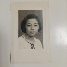 1951年风光照相馆出品《美女学生半身照》原版黑白老照片1枚,背面有手写签名题字