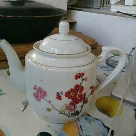 文革瓷器,底款:中国景德镇,梅花图,茶壶一只,通高约17㎝,口沿直径9㎝。完整,没毛病!