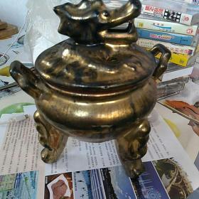 早期紫砂胎鎏金 龙头钮,薰香炉一个。〈本溪湖慈航寺旧藏〉。通高约21.5㎝,口直径13㎝。〈拍照时刚洗过,上面有水〉,完整,没毛病!