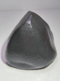 """陨石原石,""""黑蓝之光"""",特大块头1333克,重达2斤半多重,神秘和深邃的象征,稀有玉化陨石手感沉,微吸磁,微透光,纹路独特,石质坚硬,全身包浆,可摆可雕,喜欢你就收藏吧,整体完好质地细腻,极为稀有罕见,沁色自然,鬼斧神工,包浆温润,收藏之极品"""