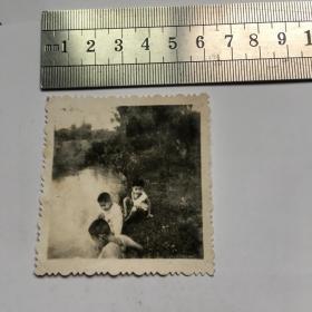 老照片6cm--------------黑白照------------人物照-------溪边小孩