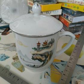 文革,七十年代。瓷茶杯一只。〈出口创汇〉,底款:中国烟台 灯塔牌。边沿描金。通高约13㎝,口直径8.3㎝。柴窑厚胎,完整漂亮,没毛病!