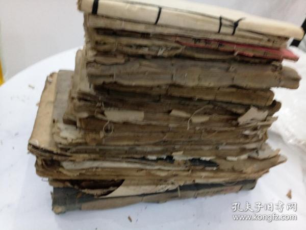 一堆残破线装书