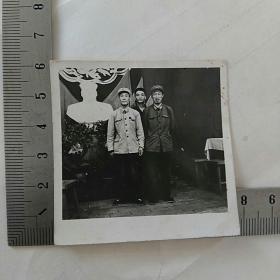 老照片,毛主席塑像前,军人合影