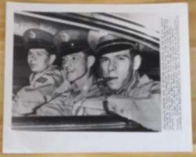一张1955年新中国通过香港释放美国空军战俘三人合影照片美国联合通讯社新闻资料图片可能是朝鲜战争或国土防空作战击落美军飞机后俘虏的U.S. Air Force airman Associated Press Wirephoto Cold War