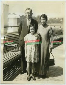 1934年苏州府吴江县人,中华民国驻美全权公使施肇基和夫人唐金环,以及女儿施美美,一家人合影老照片。唐金环是第三批留美幼童唐荣俊的大女儿,是中国最早骑自行车上街并留下文字和图片记录的人。