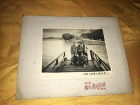 黑白老照片 无锡太湖鼋头渚留影1961 众人合影背景长春桥