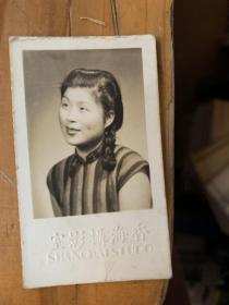 5398E:香海摄影室1941年穿旗袍美女照片,反面有介绍