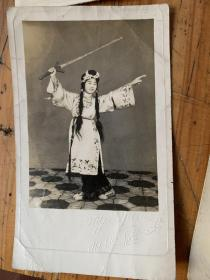 5398D:1950年穿戏服舞剑的美女照片一张 美丽照相馆