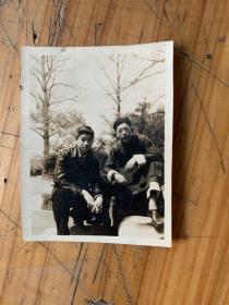 5398G:1937年两帅哥摄于复兴公园假山照片