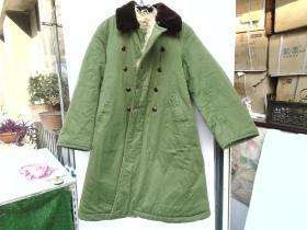 二手老黄色军大衣,羊皮大衣,一件,包真包老。尺寸:底边展开长度203厘米,纽扣衣领至底边长度107厘米,无破损。只发快递。详见书影