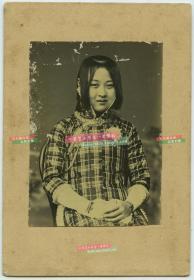 民国极早期时髦年轻女子坐像银盐老照片,当时的发型是最新潮的了。