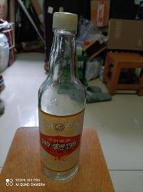 老酒瓶一只,泸州头曲空酒瓶一只,品相完美。1978年出品,看清楚了下单,售出不退。喜欢的朋友私聊吧。