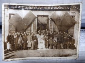 徐宝士与温慎庭结婚典礼摄影纪念1938年,背景是国民党交叉党旗,长18公分宽14公分,