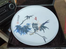 """胡献雅。江西十老之一胡献雅款""""雄鸡竹子""""图瓷盘,直径23厘米。画工好。水墨之韵盎然。"""