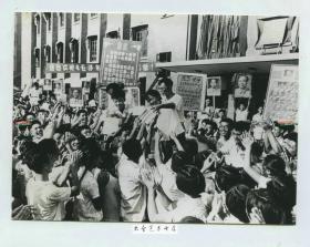 1966年9月华东丝绸学院(苏州?)的师生争先恐后地购买毛泽东选集。此时20万册在上海已经一售而空,发行人员深入工厂农村和学校,把书送到千家万户