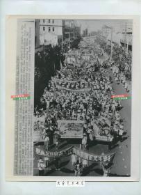 1966年美联社新闻传真照片一张,湖北武汉街道大游行, 条幅写着坚决支持越南人民抗美救国正义斗争