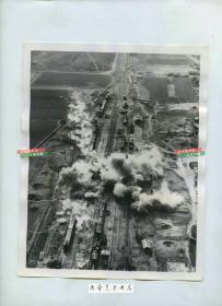 1951年朝鲜战争时期,美国轰炸机轰炸位于北朝鲜马山的火车站,航拍俯视老照片 22.7X18厘米