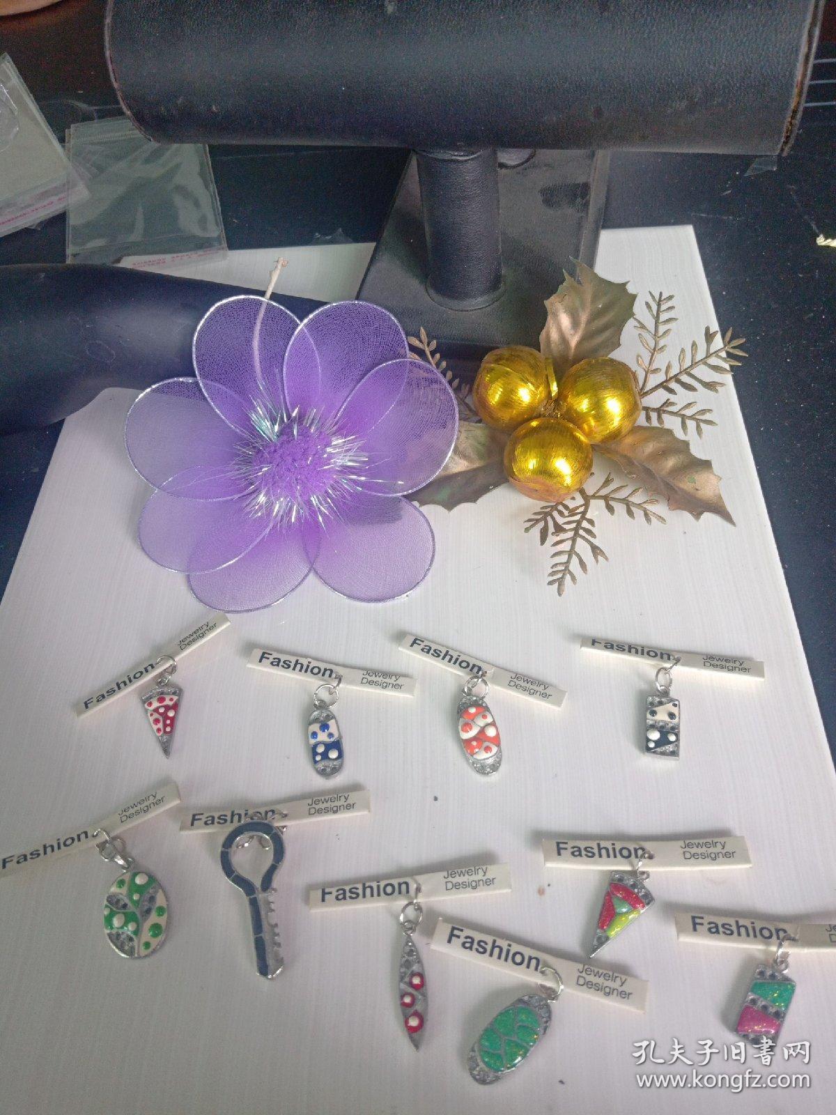 复古合金吊坠,彩绘滴油,不掉色,多年收藏品,价格为单个的,合金材料和电镀为环保无毒,放心收藏和佩戴,可以做钥匙扣,包包挂件,以及家庭摆件,单价5.5-9.5