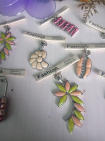 复古合金吊坠,彩绘滴油,不掉色,多年收藏品,价格为单个的,合金材料和电镀为环保无毒,放心收藏和佩戴,可以做钥匙扣,包包挂件,以及家庭摆件