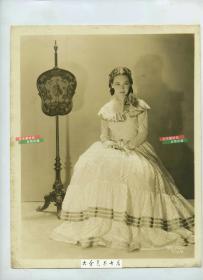 民国时期美国好莱坞著名影星莫琳·奥沙利文 Maureen O'Sullivan肖像银盐老照片,其主要作品有《傲慢与偏见》,《安娜卡列尼娜》《大卫科波菲尔德》等传世经典作品。泛银。25.8X20.2
