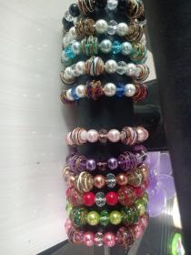 珍藏手链手工彩绘珠,水晶珠手链 精美的款式和搭配,品相如图,收藏这么多年了依然还是很炫丽,可以佩戴,收藏,居家摆设。价格为单条,如果混买可以优惠点。