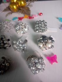 珍藏手工戒指多款可选,水钻,铜爪杯,水晶,底托是环保电镀,无铅无镍无毒,放心佩戴和收藏,这么多年了仍然很闪亮。。。。