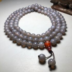 珍藏老玛瑙瓜珠108颗佛珠项链 尺寸:10毫米 据说可平衡正负能量,消除精神紧张及压力。维持身体及心灵和谐,增强爱、忠诚,同时也具激发勇气,使人信心果敢的功效,也适合体弱多病、或刚痊愈的人配戴。
