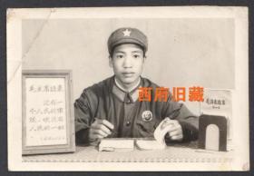 文革特色老照片,毛主席像章,红宝书,毛主席语录相框,特色军人留念老照片