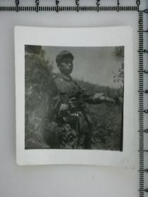 20201213-6 年代老照片  手枪在手 隐蔽观察 兵哥哥