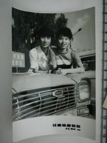 20201213-6 年代老照片  长春站前 大汽车 美女情侣