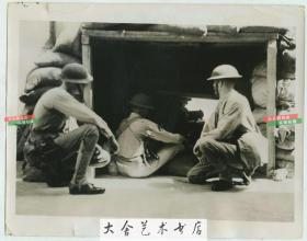 1937年9月淞沪抗战时期,驻守在上海国际租界的美军海军陆战队机枪手在防御工事之后严阵以待防止交战双方进入租界,22.8X17.8厘米