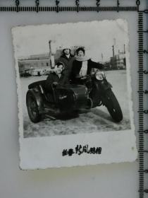 20201213-6 年代老照片  长春新风照相馆 第一汽车制造厂 美女 挎斗摩托